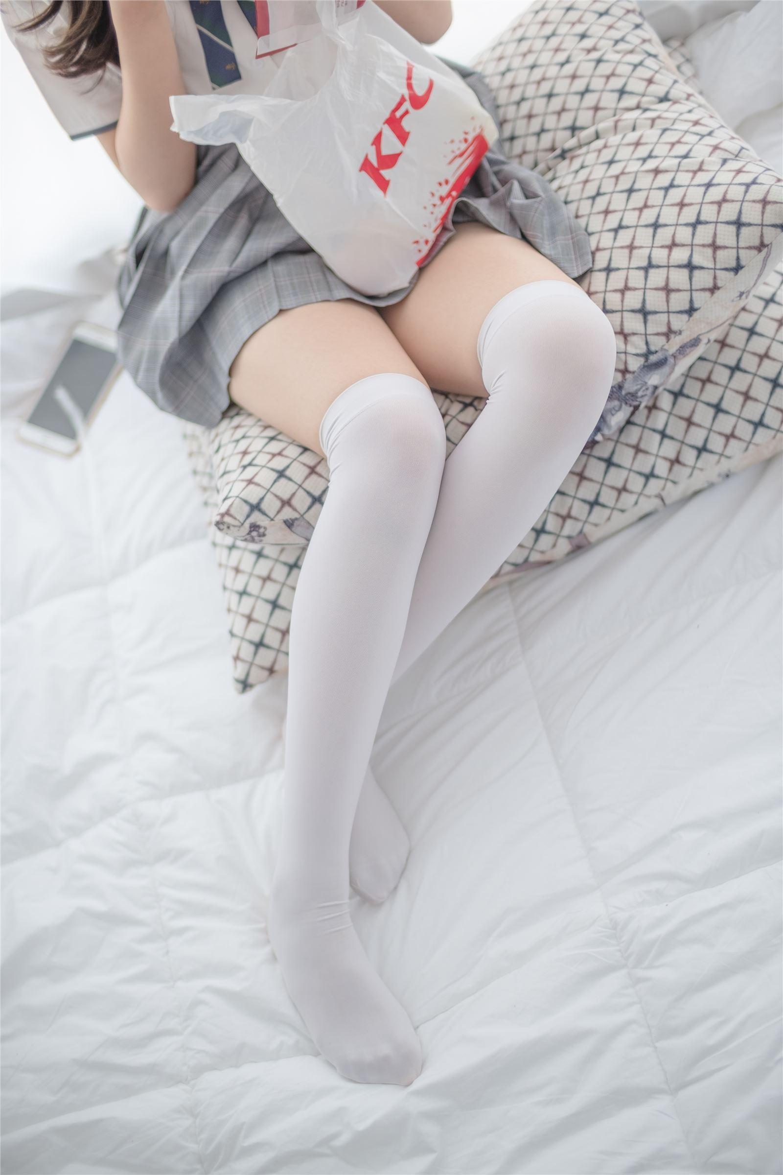 森萝财团 萝莉丝足写真 R15-009 床上JK白丝