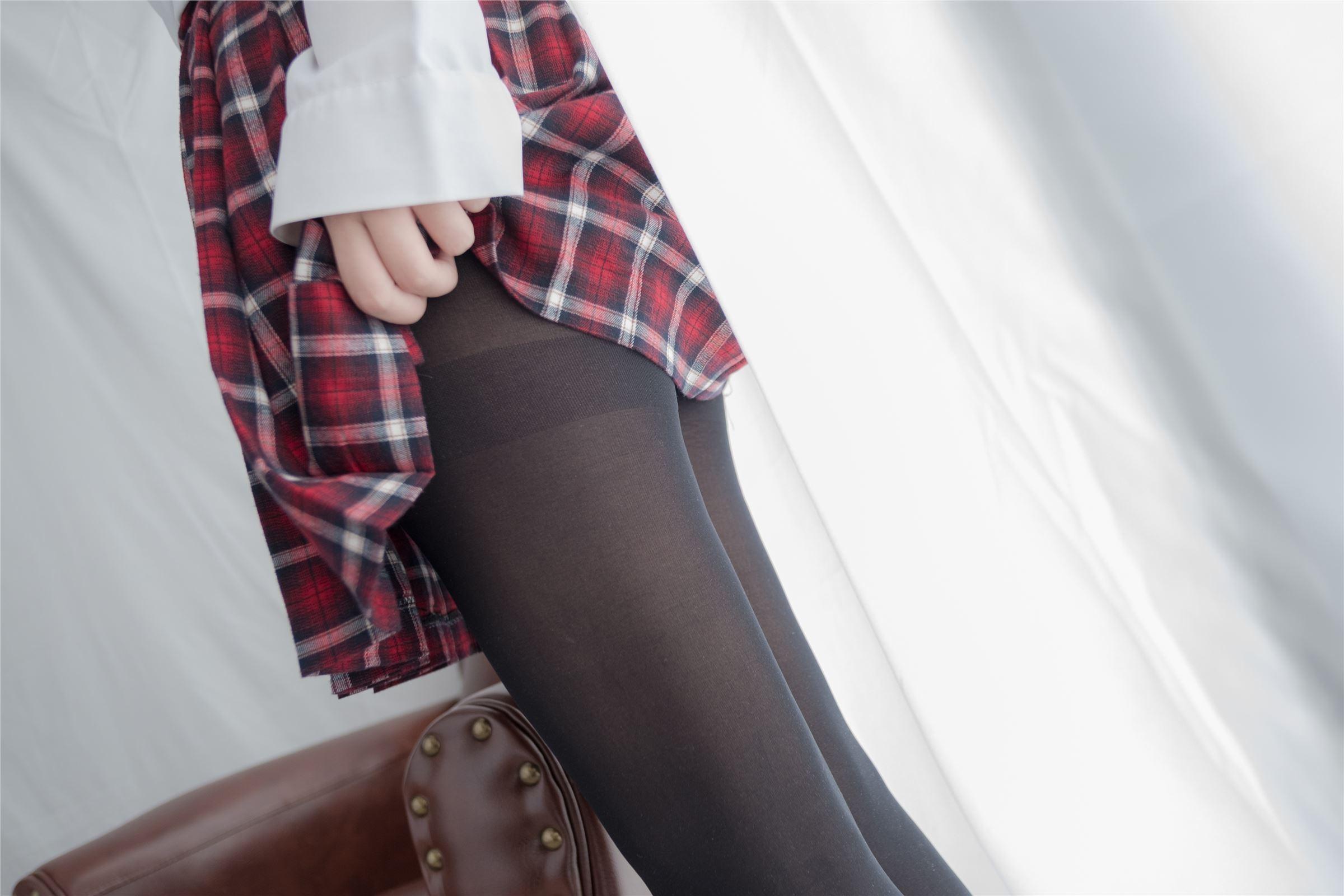 森萝财团 萝莉丝足写真 R15-002 黑丝红格子裙